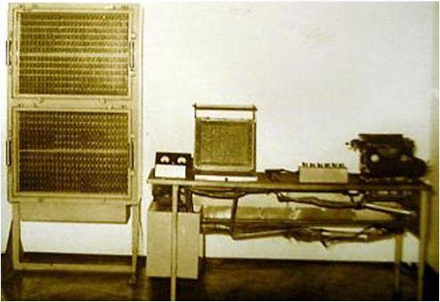 Írógép billentyűzete a bevitel és a kivitel is. A program lapon, 45 utasítás/lap. 12 db 27 bináris jegyű szám. 10  2 átalakító. 10 évig működött. Oktató gép, szemmel látható működéssel. A berendezés kb darab, tíz különbözőféle jelfogóból épült, az adatokat bebillentyűzték, az eredmény kiírására egy írógépet alakítottak át, a billentyűket elektromágnesek húzták meg. A fogyasztása kb W volt. A jelfogós adattárban 12 db 27 bináris számjegyű számot lehetet tárolni. A gépben automatikus 10->2 és 2->10 átalakító volt beépítve. A berendezés érdekessége volt, hogy működése közben a reléken szemmel láthatóan is lehetett követni a műveleteket. A gép 10 évig volt használható. Sajnos a gépet – Kozma László erőfeszítései ellenére – a műszaki élet és a tudomány nem használta, ugyanis ekkor már elindult az elektronikus számítógépek fejlődése. Magyarországon is – 1959-ben – elkészült az M-3. A lényegesen gyorsabb működésű elektronikus számítógépek nagyon gyorsan kiszorították a gyakorlatból az elektromechanikus számoló- és számítógépeket.